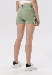 Born2be - Zielone Szorty Vivialori. Okazja: na co dzień. Stan: podwyższony. Kolor: zielony. Materiał: jeans. Długość: długie. Styl: sportowy, casual
