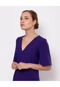 MARLU - Fioletowa sukienka Ingrid. Okazja: do pracy. Kolor: różowy, wielokolorowy, fioletowy. Materiał: wiskoza, elastan. Typ sukienki: proste, rozkloszowane. Długość: midi