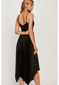 Czarna sukienka Marciano Guess na ramiączkach, plisowana, midi