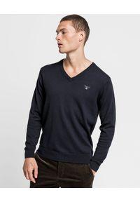 GANT - Granatowy sweter z wełną. Typ kołnierza: dekolt w serek. Kolor: niebieski. Materiał: wełna. Długość rękawa: długi rękaw. Długość: długie. Wzór: haft. Sezon: jesień, zima. Styl: klasyczny