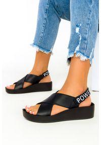 Filippo - Czarne sandały filippo skórzane na koturnie paski na krzyż ds2060/21bk. Zapięcie: pasek. Kolor: czarny. Materiał: skóra. Wzór: paski. Obcas: na koturnie