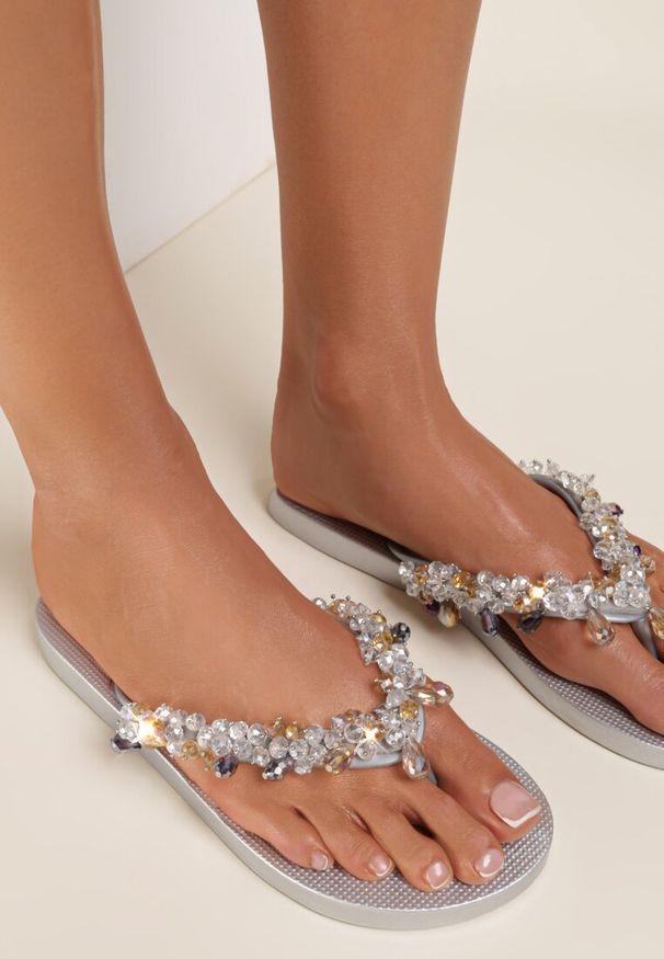 Renee - Srebrne Japonki Olexera. Kolor: srebrny. Materiał: guma. Wzór: paski, aplikacja. Styl: wakacyjny