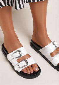 Renee - Białe Klapki Anthithe. Nosek buta: okrągły. Kolor: biały. Materiał: jeans, dzianina, guma. Obcas: na platformie