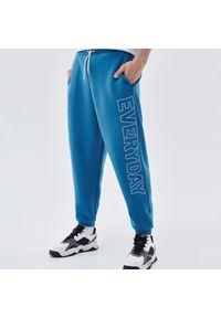 Cropp - Dzianinowe joggery z nadrukiem - Niebieski. Kolor: niebieski. Materiał: dzianina. Wzór: nadruk