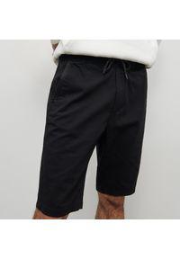 Reserved - Szorty z elastycznym pasem - Czarny. Kolor: czarny