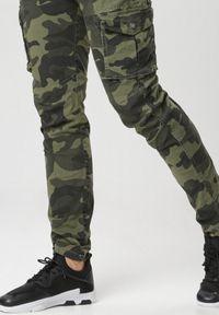 Born2be - Ciemnozielone Spodnie Adraneh. Kolor: zielony. Wzór: moro