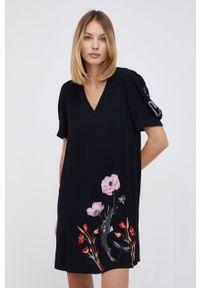 Desigual - Sukienka bawełniana. Okazja: na co dzień. Kolor: czarny. Materiał: bawełna. Długość rękawa: krótki rękaw. Wzór: haft. Typ sukienki: proste. Styl: casual