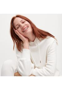 Biała bluza Reserved z kapturem