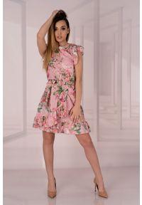 Merribel - Różowa Sukienka w Kwiaty z Falbankami. Typ kołnierza: kołnierz z falbankami. Kolor: różowy. Materiał: poliester, elastan. Wzór: kwiaty