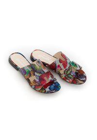 Zapato - damskie klapki na miękkiej podeszwie - skóra naturalna - model 371 - kolor motyl. Okazja: na imprezę, na co dzień. Materiał: skóra. Wzór: motyw zwierzęcy, nadruk, kolorowy, kwiaty. Sezon: lato, wiosna. Obcas: na płaskiej podeszwie. Styl: klasyczny, wakacyjny, casual