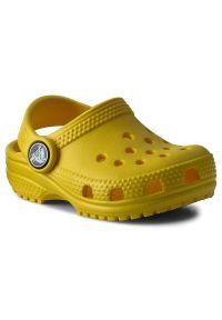 Żółte klapki Crocs w kolorowe wzory