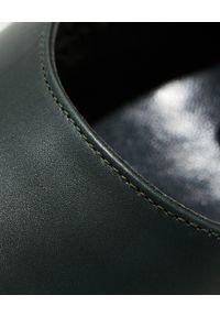 MANOLO BLAHNIK - Ciemnozielone szpilki z łańcuchem Kurillos. Kolor: zielony. Wzór: aplikacja. Obcas: na szpilce. Styl: klasyczny. Wysokość obcasa: średni