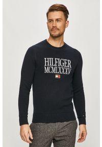 TOMMY HILFIGER - Tommy Hilfiger - Sweter. Okazja: na co dzień. Kolor: niebieski. Długość rękawa: długi rękaw. Długość: długie. Wzór: aplikacja. Styl: casual