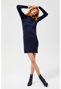 MOODO - Sukienka swetrowa. Okazja: na co dzień. Materiał: poliester, dzianina, elastan, akryl. Wzór: gładki. Typ sukienki: proste. Styl: casual