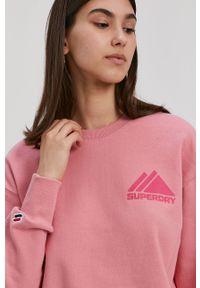 Superdry - Bluza bawełniana. Okazja: na co dzień. Kolor: różowy. Materiał: bawełna. Długość rękawa: długi rękaw. Długość: długie. Wzór: nadruk. Styl: casual