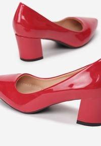 Renee - Czerwone Czółenka Elize. Nosek buta: szpiczasty. Zapięcie: bez zapięcia. Kolor: czerwony. Materiał: lakier. Obcas: na słupku. Styl: klasyczny