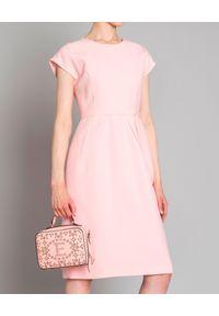 DICE KAYEK - Sukienka. Kolor: różowy, fioletowy, wielokolorowy. Materiał: materiał. Typ sukienki: dopasowane. Styl: elegancki. Długość: midi