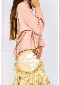 Laura Biaggi - Kremowa torebka mała okrągła lakierowana na łańcuszku laura biaggi js206. Kolor: kremowy. Materiał: lakierowane