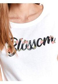 TOP SECRET - T-shirt damski z napisem. Kolor: biały. Materiał: tkanina. Długość rękawa: krótki rękaw. Długość: krótkie. Wzór: napisy. Sezon: lato. Styl: klasyczny