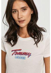 Biała bluzka Tommy Jeans z nadrukiem, casualowa