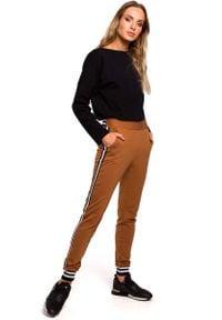 MOE - Karmelowe Dzianinowe Spodnie z Lampasem i Ściągaczami. Materiał: dzianina