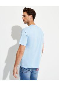 Versace Jeans Couture - VERSACE JEANS COUTURE - Niebieska koszulka z logo marki. Kolor: niebieski. Materiał: bawełna. Wzór: nadruk, kolorowy