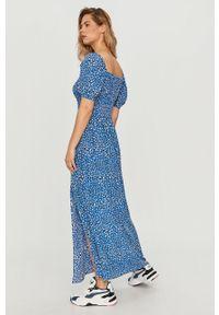 Niebieska sukienka Tommy Jeans z dekoltem typu hiszpanka, bez rękawów, casualowa, na co dzień