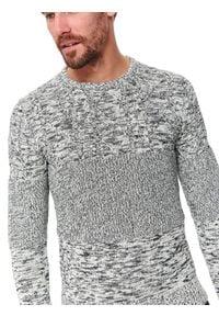 TOP SECRET - Sweter długi rękaw męski. Kolor: szary. Materiał: bawełna. Długość rękawa: długi rękaw. Długość: długie. Wzór: aplikacja. Sezon: wiosna. Styl: klasyczny
