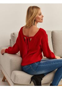 Czerwony sweter TOP SECRET z dekoltem na plecach, na co dzień, w kolorowe wzory