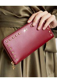 Pinko - PINKO - Bordowy portfel z jaskółkami Austin. Kolor: czerwony. Wzór: aplikacja