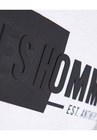 Les Hommes - LES HOMMES - Biały t-shirt z logo. Okazja: na co dzień. Kolor: biały. Materiał: jeans, bawełna. Wzór: nadruk. Styl: casual, klasyczny