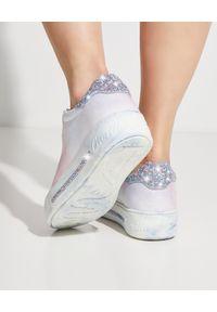 RENE CAOVILLA - Dwukolorowe sneakersy Xstra. Nosek buta: okrągły. Kolor: niebieski. Wzór: kolorowy