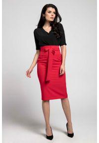 Nommo - Czerwona Elegancka Ołówkowa Spódnica z Ozdobną Kokardą. Kolor: czerwony. Materiał: wiskoza, poliester. Styl: elegancki