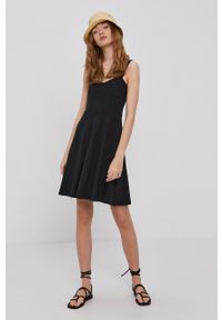 Pieces - Sukienka. Kolor: czarny. Materiał: dzianina. Długość rękawa: na ramiączkach. Wzór: gładki. Typ sukienki: rozkloszowane