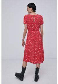 Superdry - Sukienka. Kolor: czerwony. Materiał: tkanina, wiskoza, materiał. Długość rękawa: krótki rękaw. Typ sukienki: rozkloszowane