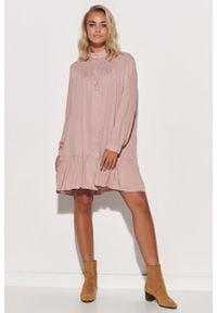 e-margeritka - Sukienka koszulowa trapezowa z falbaną różowa - 36/38. Typ kołnierza: kołnierzyk stójkowy. Kolor: różowy. Materiał: wiskoza, materiał. Typ sukienki: koszulowe, trapezowe. Styl: klasyczny, elegancki