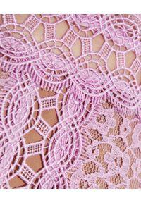 SELF PORTRAIT - Liliowa sukienka midi. Okazja: na wesele, na ślub cywilny. Kolor: różowy, wielokolorowy, fioletowy. Materiał: koronka. Wzór: ażurowy, koronka, geometria. Typ sukienki: rozkloszowane, dopasowane. Styl: klasyczny. Długość: midi #5