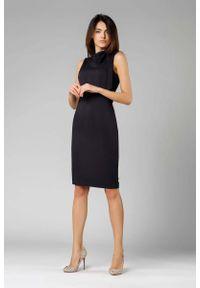 Nommo - Czarna Ołówkowa Sukienka z Kokardą. Typ kołnierza: kokarda. Kolor: czarny. Materiał: wiskoza, poliester. Typ sukienki: ołówkowe