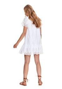TOP SECRET - Ażurowa sukienka z falbaną. Typ kołnierza: dekolt w serek. Kolor: biały. Materiał: bawełna, tkanina, koronka. Długość rękawa: krótki rękaw. Wzór: ażurowy. Sezon: lato. Długość: mini