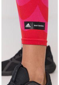 adidas Performance - Legginsy x Marimekko. Kolor: czerwony. Materiał: dzianina, poliester