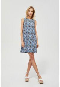 MOODO - Dzianinowa sukienka z nadrukiem. Okazja: na co dzień. Materiał: dzianina. Wzór: nadruk. Typ sukienki: proste, trapezowe. Styl: casual