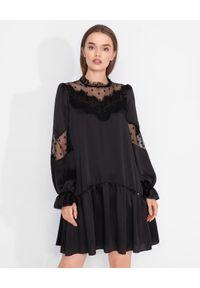 Nissa - NISSA - Czarna sukienka z aplikacją z koronki. Kolor: czarny. Materiał: koronka. Długość rękawa: długi rękaw. Wzór: koronka, aplikacja. Styl: glamour. Długość: mini