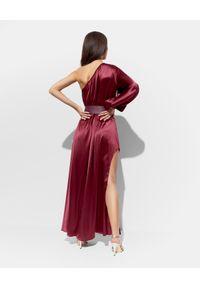 SIMONA CORSELLINI - Bordowa sukienka z jedwabiu. Kolor: czerwony. Materiał: jedwab. Typ sukienki: asymetryczne. Długość: maxi