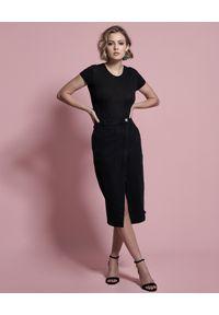 ONETEASPOON - Czarna jeansowa spódnica Society. Okazja: do pracy, na spotkanie biznesowe, na co dzień. Stan: podwyższony. Kolor: czarny. Materiał: jeans. Wzór: aplikacja. Styl: biznesowy, elegancki, casual