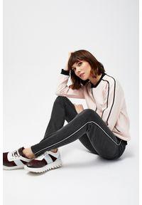 MOODO - Jeansy typu high waist z lampasami. Stan: podwyższony. Materiał: jeans. Długość: długie. Wzór: gładki