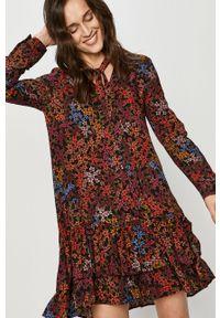 Answear Lab - Sukienka. Materiał: tkanina. Długość rękawa: długi rękaw. Typ sukienki: rozkloszowane. Styl: wakacyjny