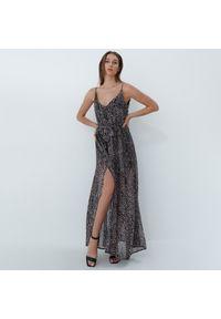 Mohito - Sukienka maxi z rozcięciem - Beżowy. Kolor: beżowy. Długość: maxi
