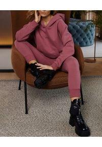 SELF LOVE - Różowe spodnie dresowe Menfi. Kolor: fioletowy, różowy, wielokolorowy. Materiał: dresówka