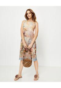 ANA ALCAZAR - Beżowa sukienka midi z nadrukiem. Kolor: beżowy. Materiał: materiał. Wzór: nadruk. Sezon: lato. Typ sukienki: z odkrytymi ramionami. Długość: midi