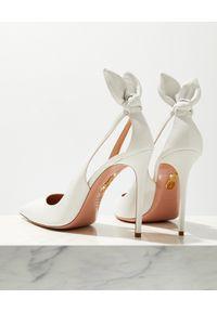 AQUAZZURA - Białe szpilki Bow Tie Pump. Kolor: biały. Wzór: gładki. Obcas: na szpilce. Wysokość obcasa: średni